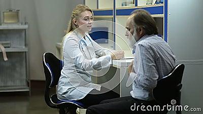 咳嗽在医疗办公室的资深不适的人 影视素材