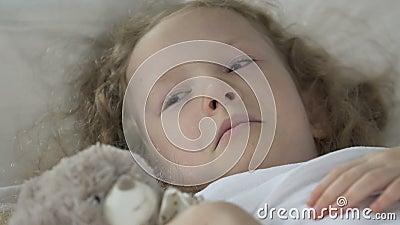 哭泣不适的白肤金发的女孩在床上在医院病房和,医疗保健 影视素材