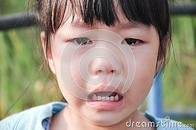 与泪花的特写镜头哭泣的孩子在她的眼睛.