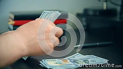 商人在台式机上计算美元账单 股票视频
