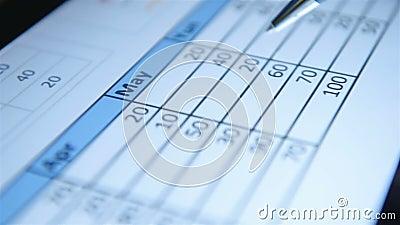 商人在平板电脑中使用财务图表 影视素材