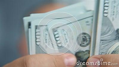 商人手数现金百元 股票视频