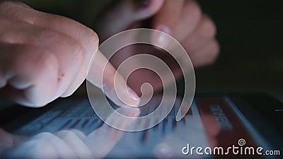 商人触摸平板电脑屏幕,股市图 股票录像