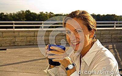 喝中间妇女的年龄咖啡