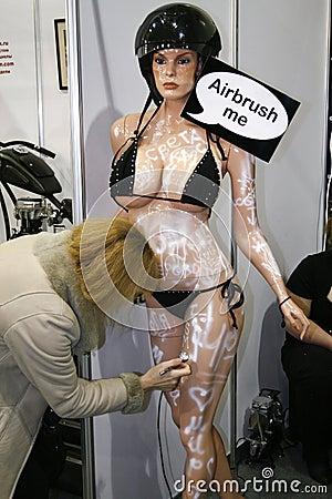 喷喷射的时装模特妇女