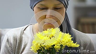 嗅到花的愉快的癌症幸存者,在化疗,希望以后更好感觉 股票视频