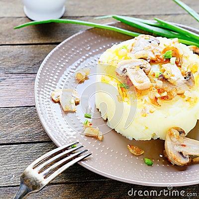 土豆泥用黄油和蘑菇图片