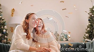 圣诞聚会家庭庆祝欢快的姐妹 股票录像