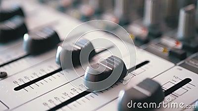 在一个合理的混合的控制台的控制音量控制器 股票视频