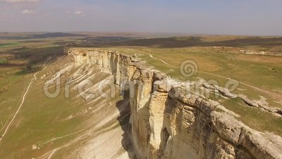 在一个高原的一次飞行与从地面撕毁的白色岩石 鸟` s眼睛视图 影视素材