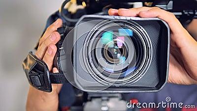 在一台摄象机的特写镜头视图由男性手移动了 股票录像