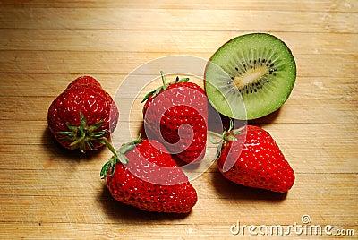 在砧板的草莓和猕猴桃