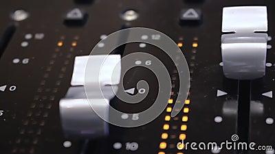在一张合理的混合的书桌上的音量控制器在演播室2 股票视频