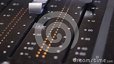 在一张合理的混合的书桌上的音量控制器在演播室 股票录像