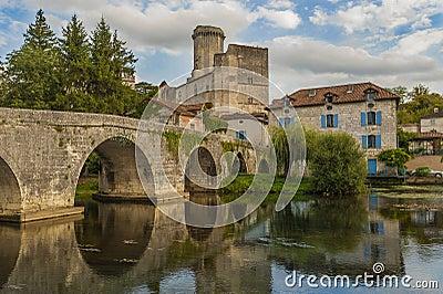 在中世纪城堡前面的桥梁