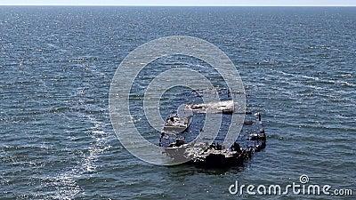 在乌克兰黑海别列赞岛海岸附近沉没的船只 影视素材