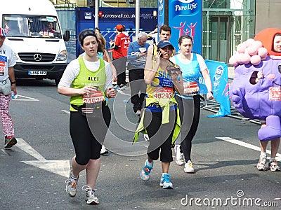 在伦敦马拉松2012年4月22th日的乐趣赛跑者 编辑类图片