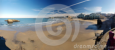在低潮期间的海滩活动在比亚利兹