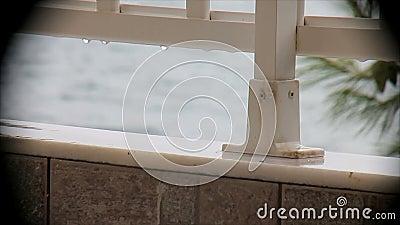 在俯视海的阳台的雨 影视素材