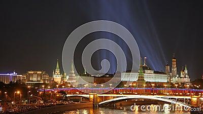 在克里姆林宫的聚光灯 从桥梁的夜视图在Moskva河 股票录像