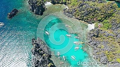 在入口下照片的空中上面到ElNido的小盐水湖里,游览A,巴拉旺岛 r Banka小船和皮船 股票视频