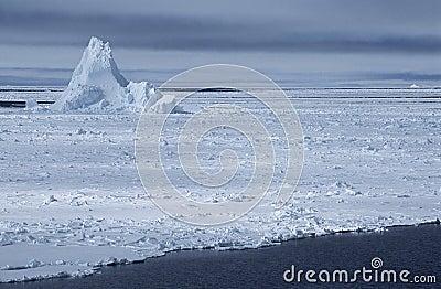 在冰原的南极洲威德尔海冰山