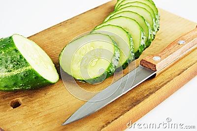 在切板的新鲜的黄瓜