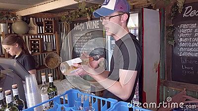 在南非约翰内斯堡Fourways Farmers Market卖酒的男子 影视素材