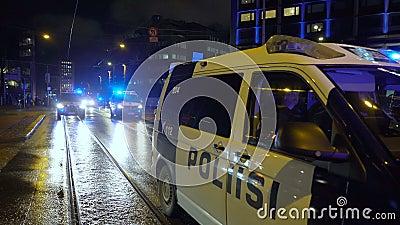 在反法西斯游行和芬兰独立日极右翼民族主义者集会期间,警方维持秩序 股票录像