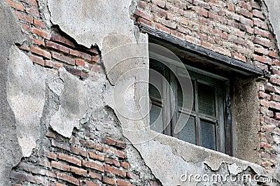 在变老的和被击毁的墙壁上的视窗