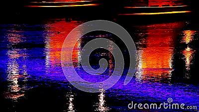 在夜城市桥梁的明亮的光在河光Uzgorod反射了 股票录像