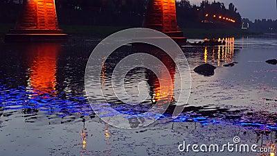 在夜城市桥梁的明亮的光在河光Uzgorod反射了 股票视频