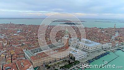 在威尼斯,意大利的寄生虫鸟瞰图 圣马尔谷教堂广场 股票视频