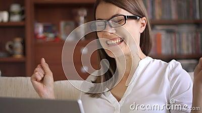 在家使用膝上型计算机的女实业家,知道好消息的专业女性激发快乐微笑 股票录像