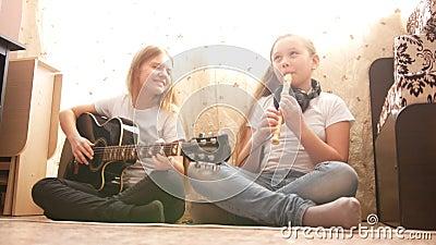 在家弹奏乐器的两女性十几岁 股票录像