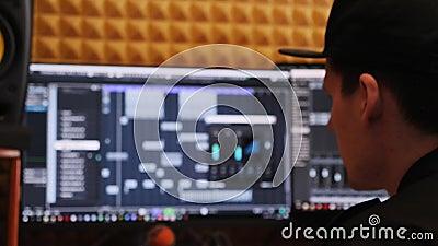 在家混合和掌握音乐的音乐工程师录音室 看有调平器和压缩机的生产商屏幕 股票录像