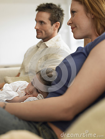 在家看电视的女孩和父母