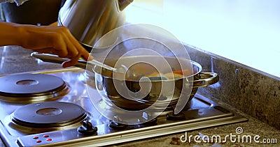 在家裱糊食物的妇女在厨房4k里 股票录像