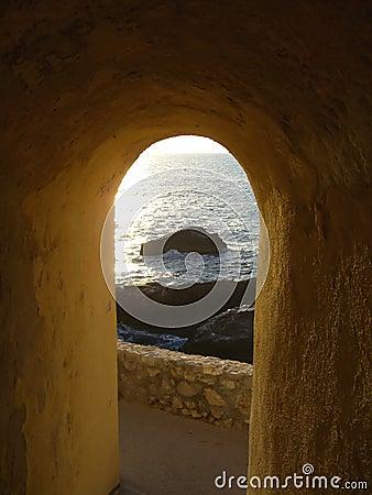 在岩石岸视图的拱道