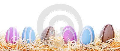 在巢的五颜六色的复活节彩蛋