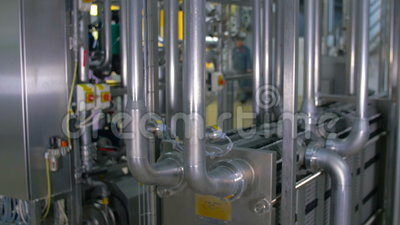 在工厂设备的现代,明亮的不锈钢管道 影视素材
