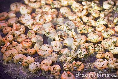 在平底锅的油煎的大虾