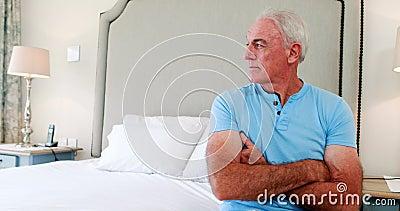 在床上的周道的人选址在卧室 股票视频