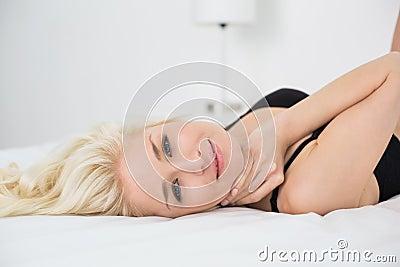 在床上的黑胸罩的美丽的妇女