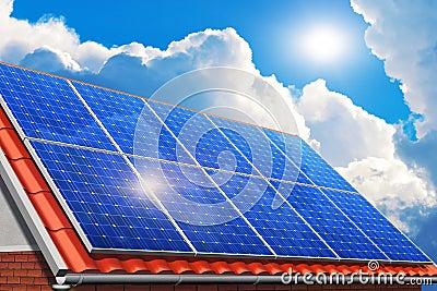 在房子屋顶的太阳电池板