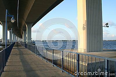 在捕鱼区域的桥梁