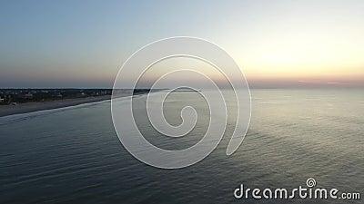 在日出前的鸟瞰图在北部Topsail海岛码头,北部Topsail海滩, NC 股票录像