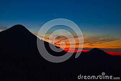 在日落的山