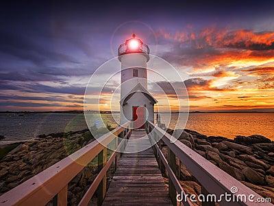 在日落的灯塔