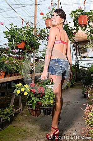 在春天的妇女买的花